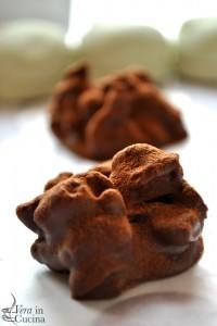 Dolcetti al cioccolato, frutta secca, biscotti e spezie per i Morti Morti