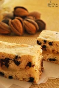 Torta di compleanno alla vaniglia, mandorle, pere e cioccolato