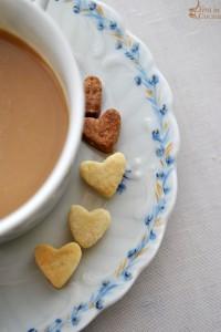 Biscotti alle mandorle e caffè per una colazione romantica