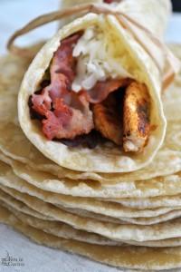 Tortillas con pollo, bacon e formaggio