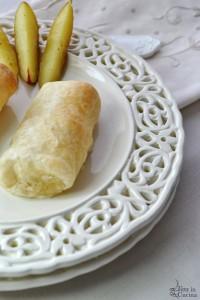Involtini di sfoglia, feta, prosciutto e olive
