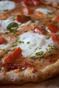 Pizza di kamut con pomodorini, mozzarella di bufala e pesto