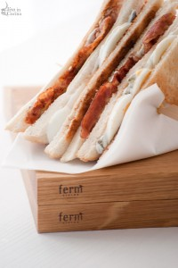Sandwich bacon, uova e panna acida