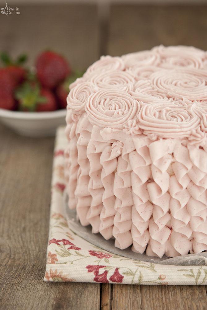 Torta di fragole e crema chantilly vera in cucina for Decorazioni torte uomo con panna