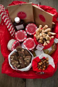 Regali golosi: Il cesto di Natale e i biscotti al cioccolato e nocciole